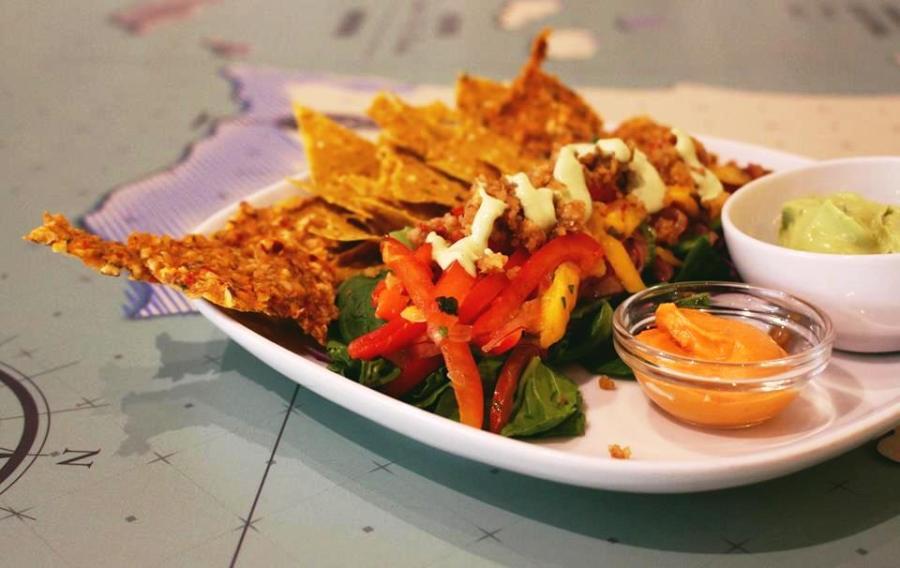 Nachos de guacamole e salada